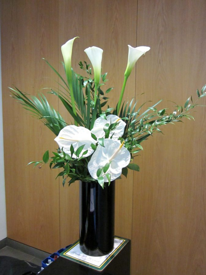 Small-white-mix-of-white-calla-lily-and-anthuriums